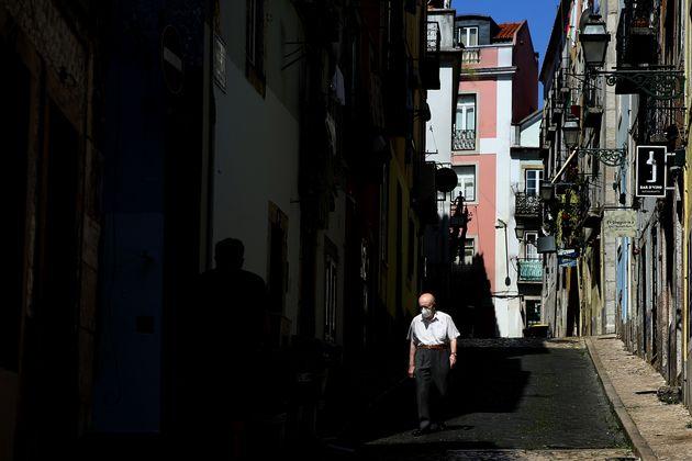 Un hombre con mascarilla pasea por Lisboa (Portugal) el 23 de