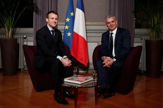 Le maire sortant de Tours Christophe Bouchet, posant avec Emmanuel Macron en