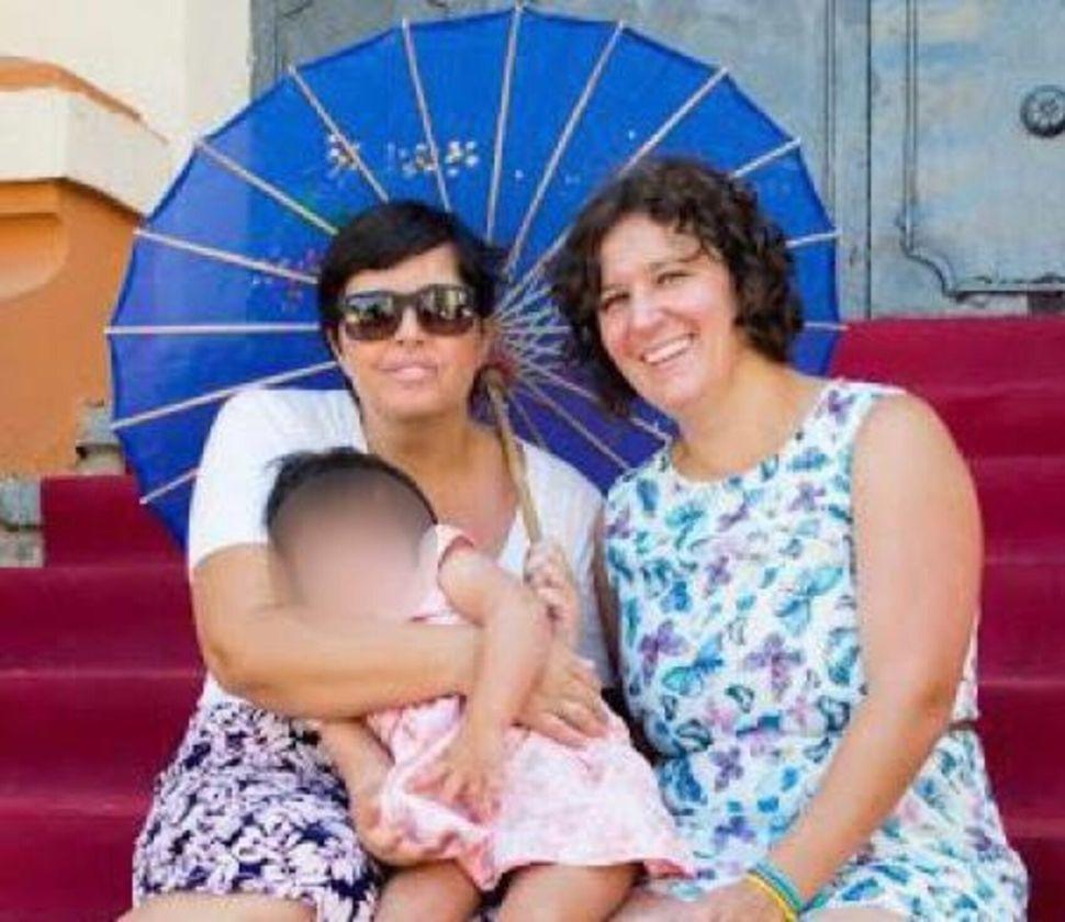 Elisa y Ana con su hija Gara.