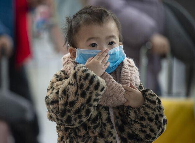 Niño con mascarilla en el aeropuerto de