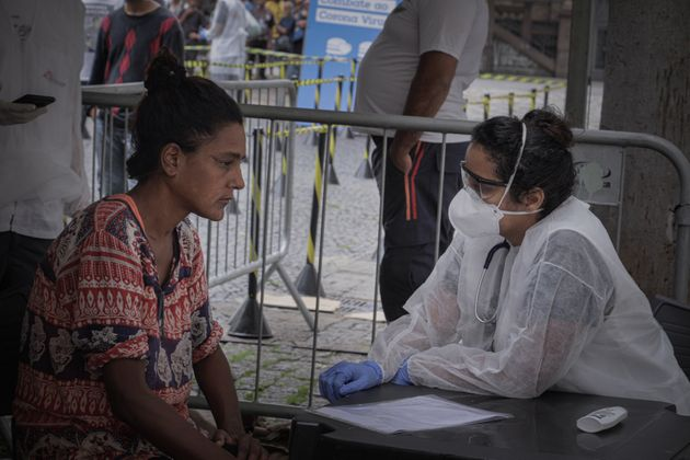 Personal de MSF evalúa a personas sin hogar en los subirbios de Sao