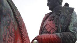 Une statue de Napoléon maculée de peinture rouge en