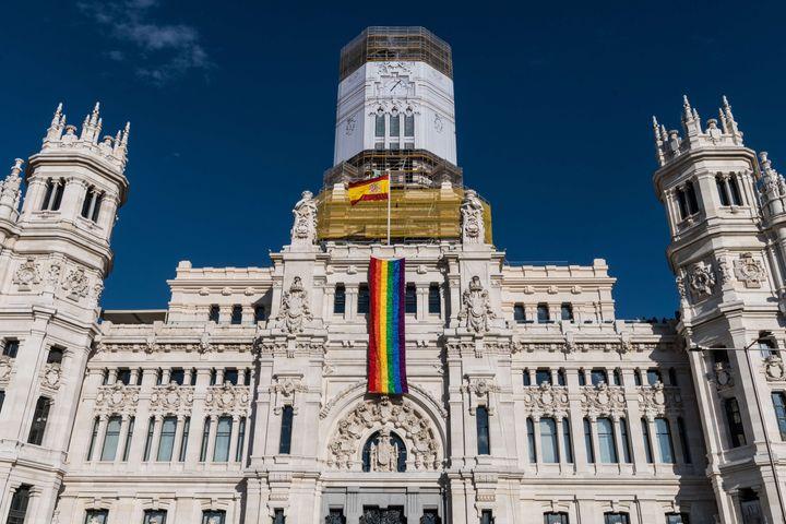 Imagen de archivo del Ayuntamiento de Madrid con la bandera LTGBI.