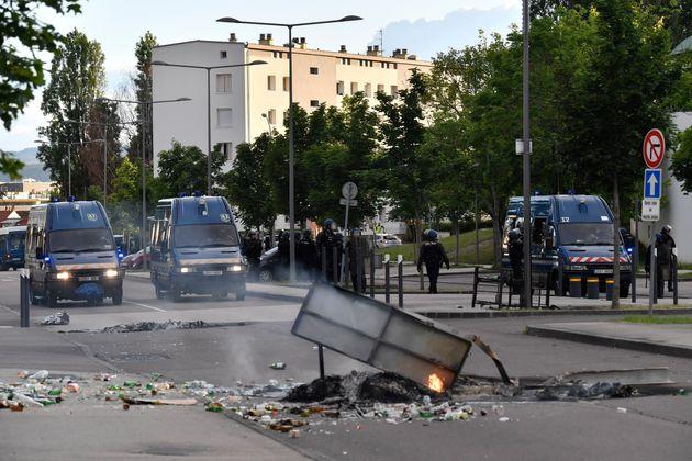 Photo prise le 15 juin à Dijon, pendant les violences survenues entre des membres de la communauté...