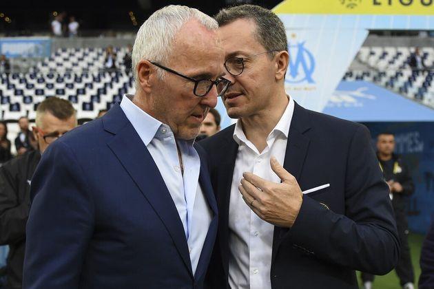 Le président de l'Oympique de Marseille (OM) Jacques-Henri Eyraud (R), avec le propriétaire du club Frank...