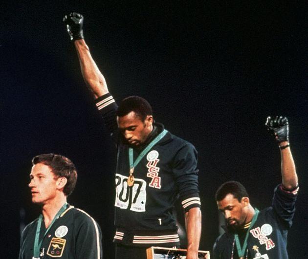 Le 16 octobre 1968 aux Jeux Olympiques de Mexico, les athlètes américains Tommie Smith...