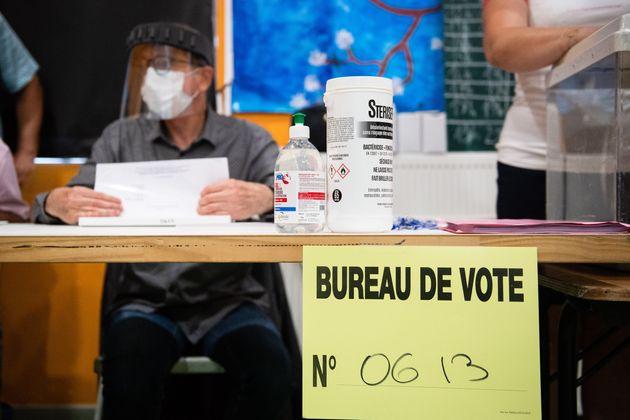 Un bureau de vote à Marseille lors du second tour des élections municipales, le 28 juin