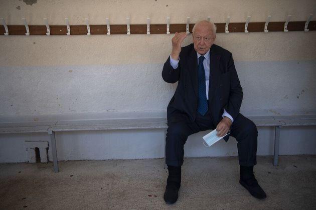 Le futur ex-maire de Marseille, Jean-Claude Gaudin, devant son bureau de vote ce dimanche 28 juin
