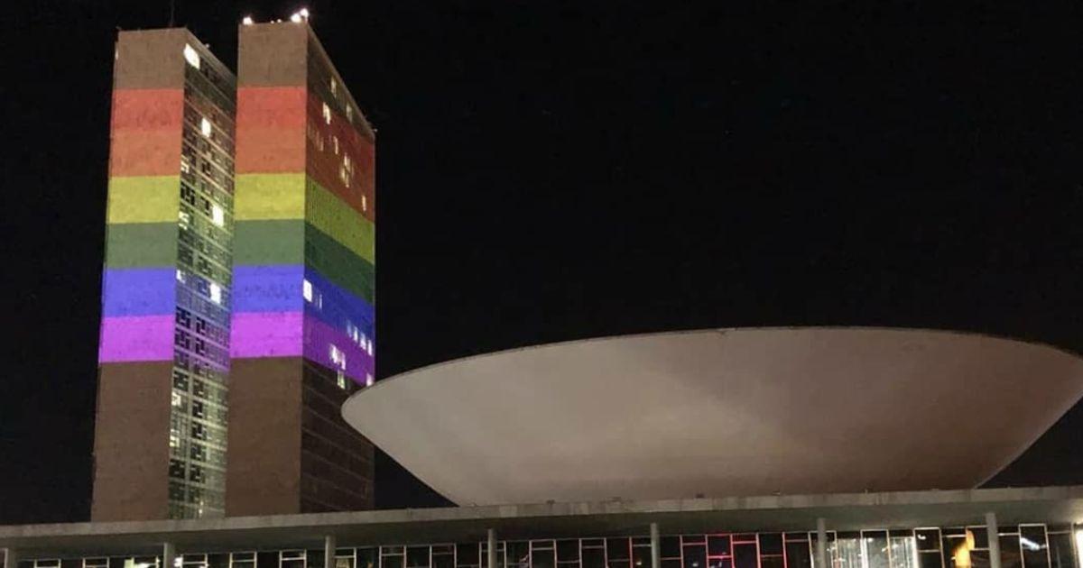 Congresso recebe cores do arco-íris em homenagem ao Dia Internacional do Orgulho LGBT