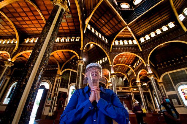 6월 28일 코스타리카의 성당에서 한 시민이 얼굴 보호 장구를 착용한 채 기도를 하는