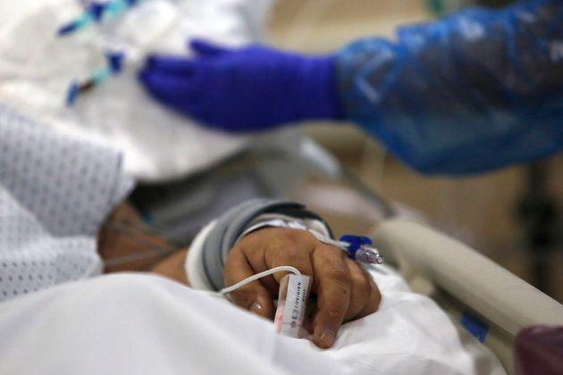 Mano de un paciente de coronavirus mientras una enfermera revisa su respirador, en Santiago de Chile...