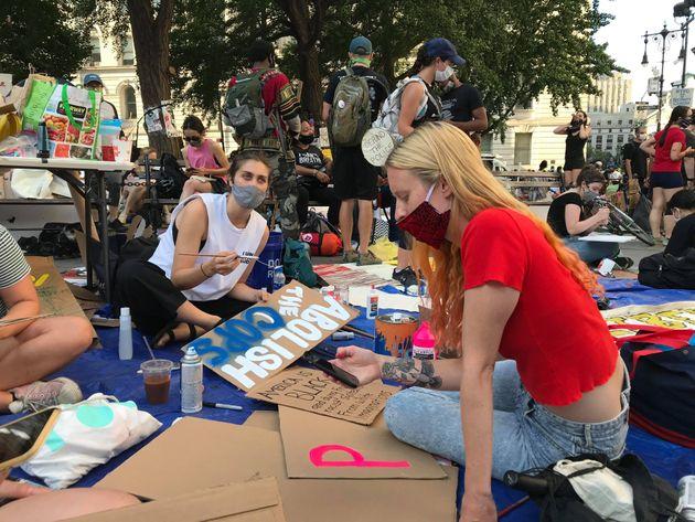 ニューヨーク市役所周辺を占拠している若者ら