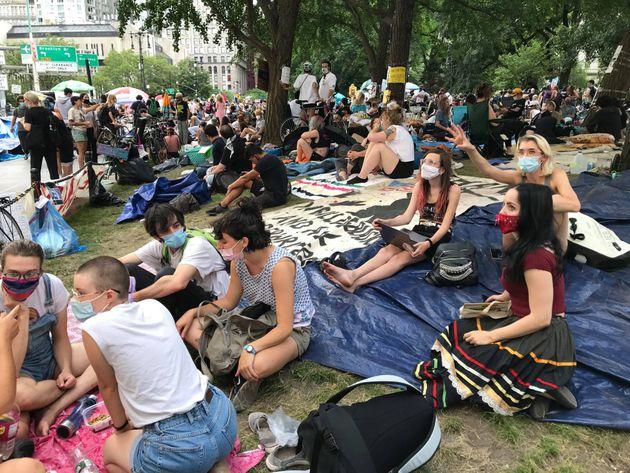 ニューヨーク市役所周辺を占拠する若者
