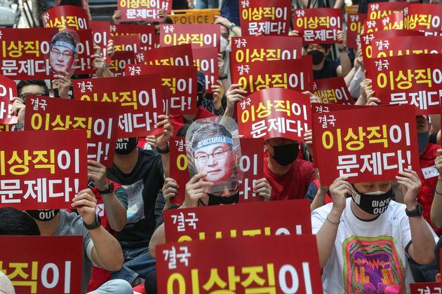 서울 여의도 더불어민주당사 앞에서 열린 이스타항공노동자 결의대회에서 참석자들이 창업주이자 21대 국회의원에 당선된 이상직 민주당 의원의 사진을 들고 항공운항재개와 체불임금 지급을 촉구하고