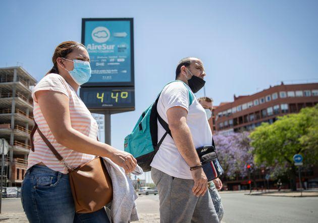 Dos personas pasean por Sevilla el 22 de mayo de 2020 (María José López/Europa Press...