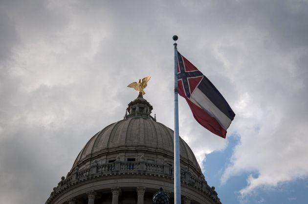 미국 미시시피 주 의사당 건물에 걸려있는 주 깃발. 미시시피주 상·하원의원들은 '백인 우월주의 상징'으로 받아들여지는 남부연합 문양을주 깃발에서 삭제하는 법안을압도적인...