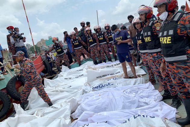 I cadaveri recuperati in mare dopo il naufragio del traghetto vicino al porto di