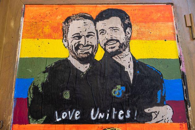 Mural de Santiago Abascal, líder de Vox, y Pablo Casado, líder del PP, son la banera LGTBI...