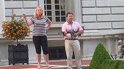 Una pareja de abogados se enfrenta a manifestantes con un fusil y una