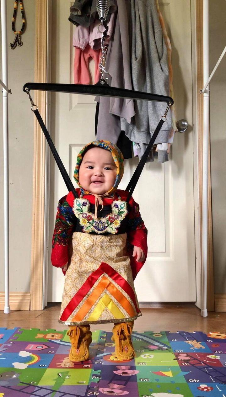 Brave Yazzie, 6 mois, d'Onion Lake, en Saskatchewan, se prépare pour une session de danse.
