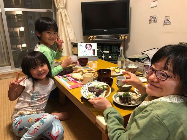 友だちと、高知のカツオのタタキを、お互いの家にお取り寄せし、オンラインで一緒に食べる夕飯です。