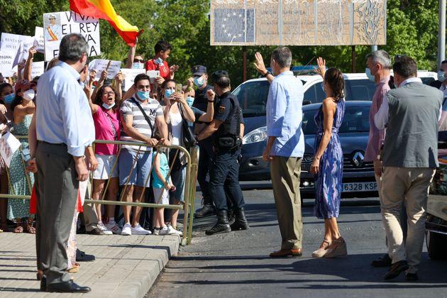 Felipe y Letizia en Sevilla: la pancarta del fondo es 'trending topic' por lo que han hecho con