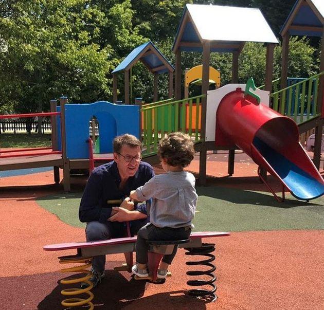 Feijóo jugando en el parque con su