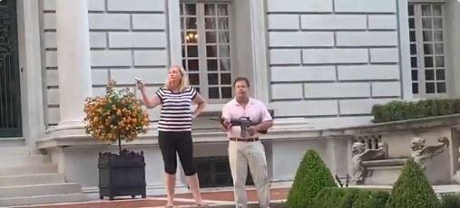 Ο Ντόναλντ Τραμπ ανήρτησε βίντεο με ζευγάρι που σημάδευε με τα όπλα του