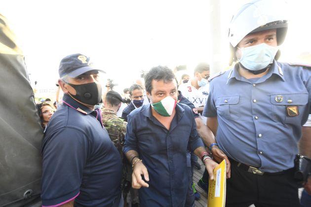 +++ RPT. CORRETTA+++ Il leader della lega Matteo Salvini, davanti ai 'Palazzi Cirio', zona rossa di Mondragone...