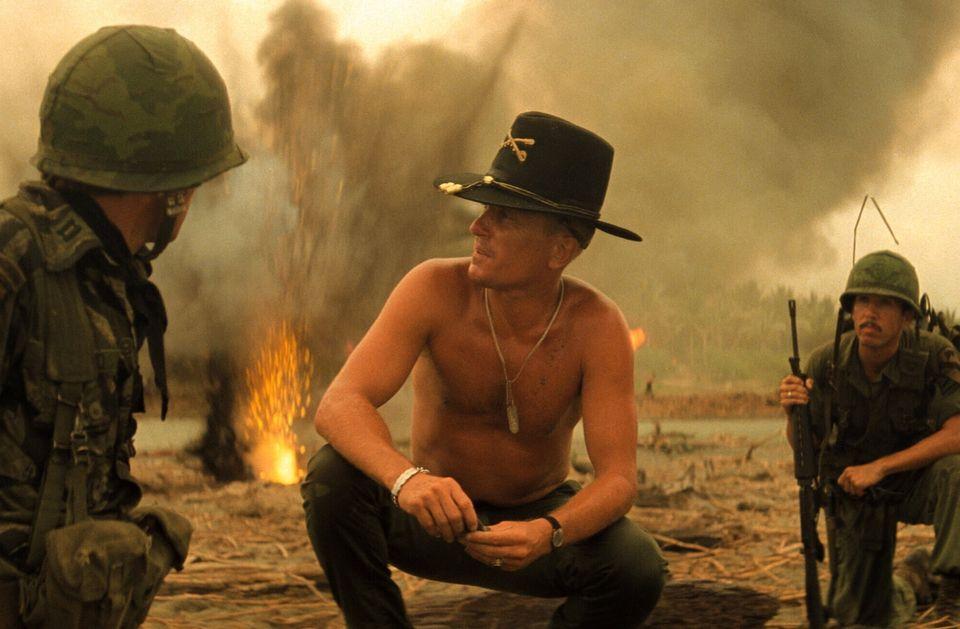 Robert Duvall como o coronel Bill Kilgore, o comandante que curtia Wagner e surfe, na famosa cena do...