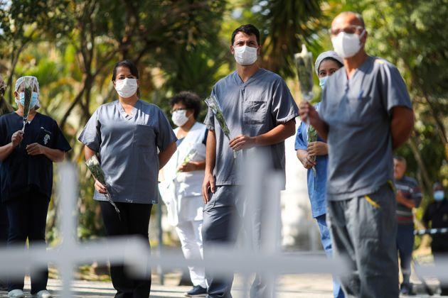 Profissionais de saúde prestam homenagem à enfermeira Maria dos Santos, que morreu vítima...