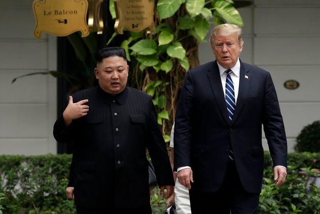 (자료사진) 베트남 하노이에서 열렸던 2차 북미정상회담에서 김정은 북한 국무위원장과 도널드 트럼프 미국 대통령이 대화를 하고 있다. 하노이, 베트남. 2019년