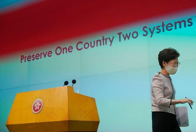 (자료사진) 홍콩 정부 수반인 캐리 람 행정장관이 기자회견을 마친 뒤 퇴장하고 있다. 홍콩. 2020년