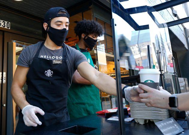 マスクを着けて接客するアメリカ・カリフォルニアのスターバックスの従業員