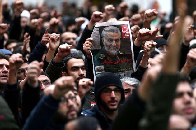 テヘランで1月4日、米軍に殺害されたイラン革命防衛隊のソレイマニ司令官の死を悼む人たち=ロイター