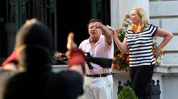 自宅前を通った抗議デモの参加者に、夫婦が銃を突きつける