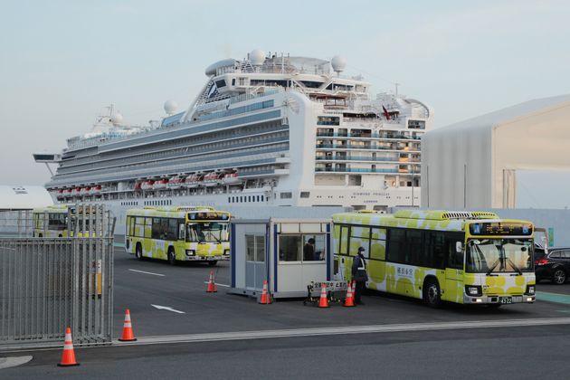 予定されていた下船が終わり、クルーズ船「ダイヤモンド・プリンセス」を離れる輸送用のバス(2月21日)