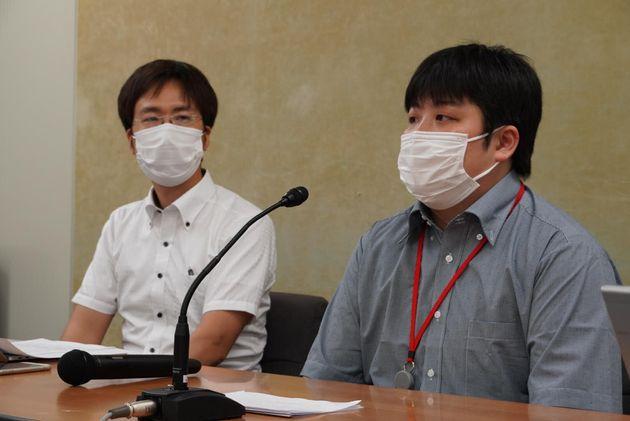 東京都内で記者会見する佐藤悠祐さん(右)とPOSSEの佐藤学さん