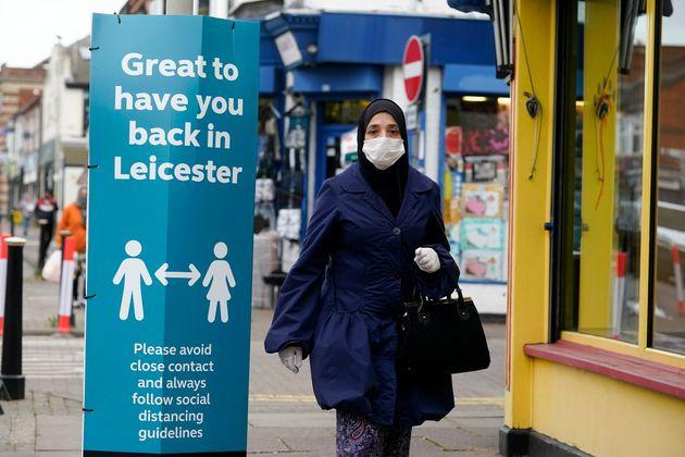 Una mujer camina por Leicester el 29 de junio de 2020 (Christopher Furlong/Getty