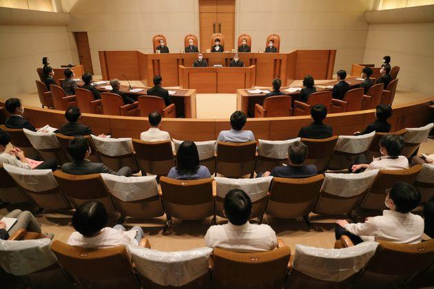 ふるさと納税訴訟の上告審弁論が開かれた最高裁第3小法廷。傍聴席の一部は間隔を空けるためにシートで覆われていた=6月2日、東京都千代田区[代表撮影]