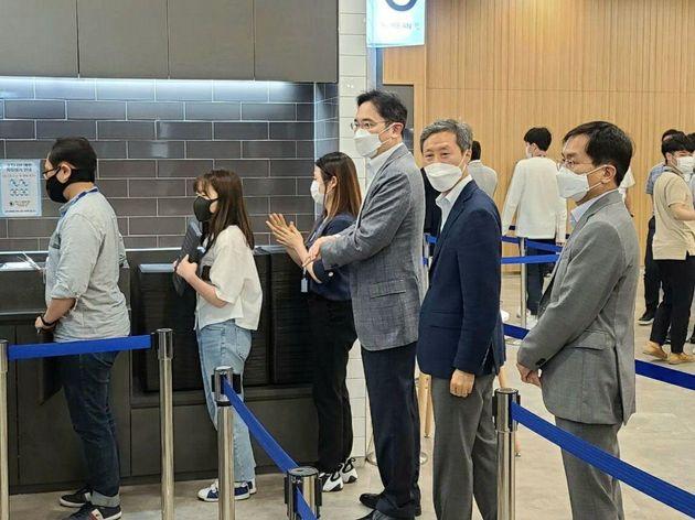 직원 식당에서 줄을 선 이재용 삼성전자 부회장. 2020. 6.