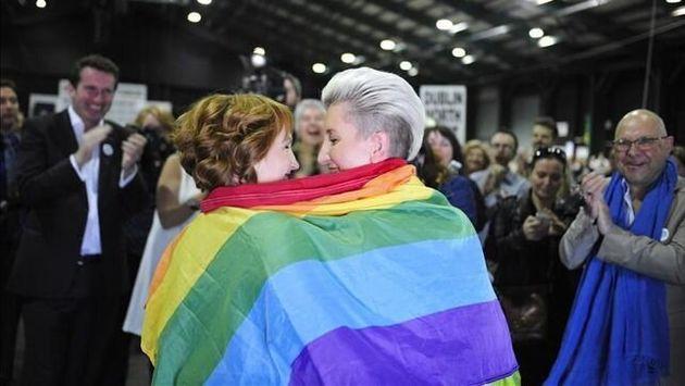 Monnine Griffith (i) y Clodagh Robinson celebran el matrimonio