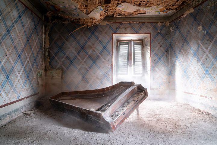 """«Πιάνο στο πάτωμα» (""""Piano on the floor)"""