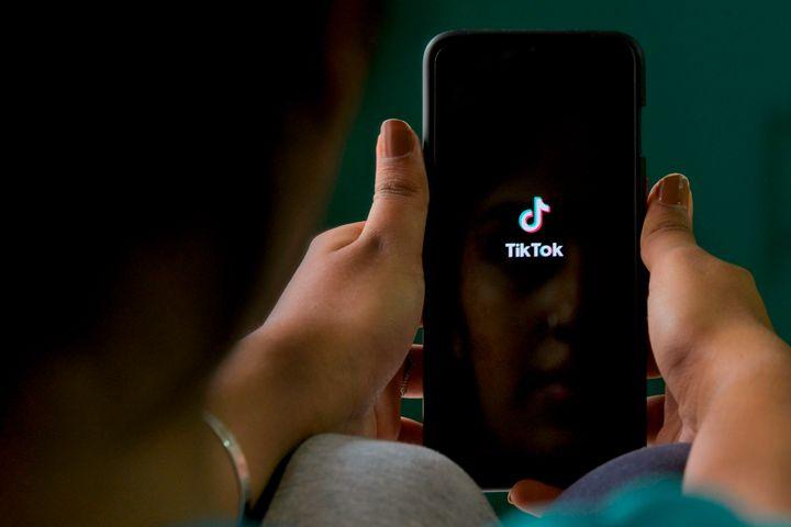 """""""Oh, s'te plaît, juste une photo dénudée"""": ces adolescentes racontent leur harcèlement sur TikTok"""