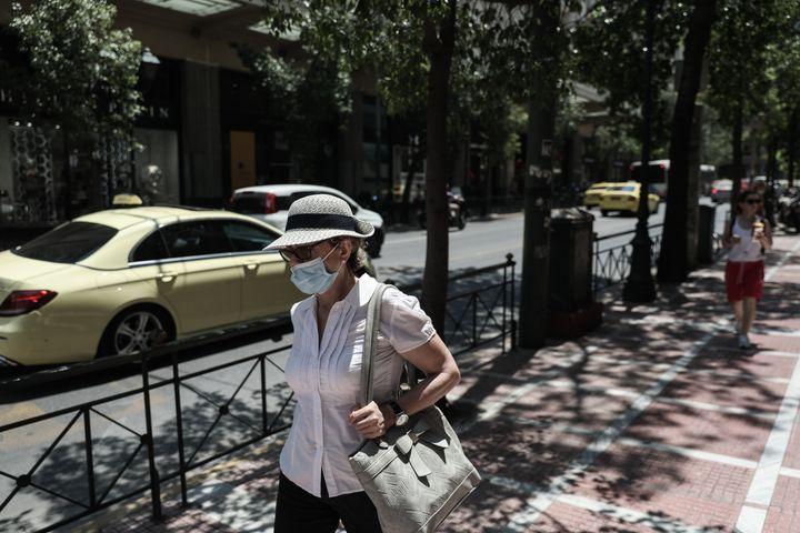 Καπελο, μάσκα και βόλτα σε όσο το δυνατόν περισσότερο σκιερά μέρη.