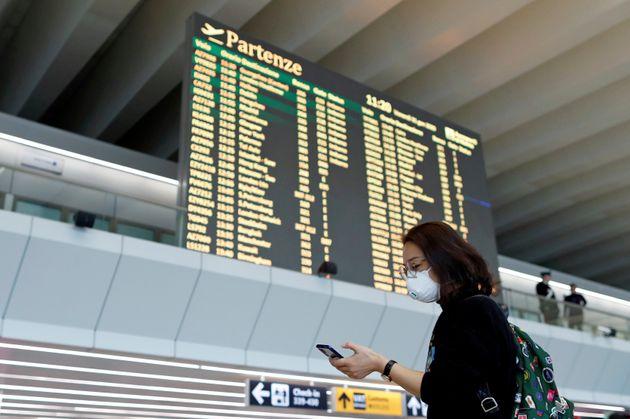 Una pasajera espera en un aeropuerto italiano con