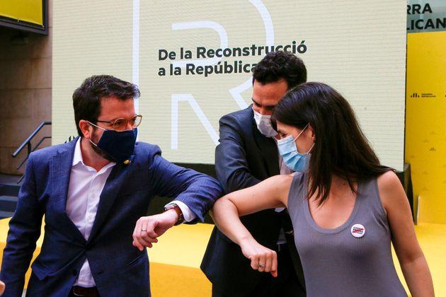 El coordinador general de ERC y vicepresidente de la Generalitat, Pere Aragonés (i) el presidente del...