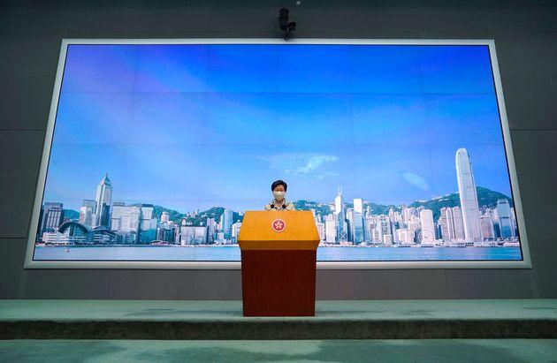 홍콩 정부 수반인 캐리 람 행정장관이 기자회견을 마친 뒤 기자들의 질문을 받고 있다. 홍콩. 2020년