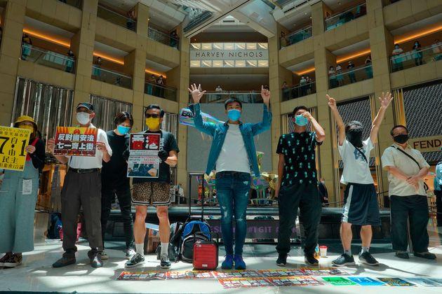 센트럴의 한 쇼핑몰에서 중국 정부의 '홍콩 보안법' 통과에 항의하는 시위에 나선 사람들. 홍콩. 2020년