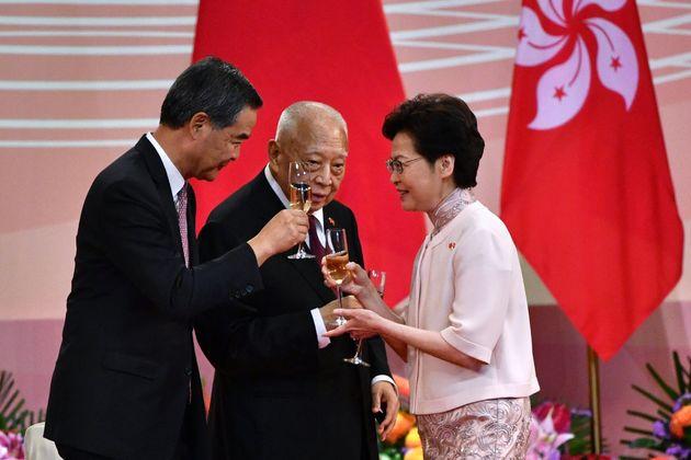홍콩 반환 23주년 기념식에서 캐리 람 홍콩 행정장관이 홍콩 초대 행정장관을 역임한 둥젠화(가운데), 4대 행정장관 렁춘잉과 함께 건배를 하고 있다. 홍콩. 2020년